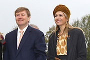 Koning Willem-Alexander en koningin Maxima bezoeken  het festival Lang Leve de Club in Zwolle. Het Nationaal Comite 200 jaar Koninkrijk organiseert het festival om het recht op vrijheid van vereniging en vergadering te vieren. <br /> <br /> King Willem - Alexander and Queen Maxima visit the festival Long Live Club in Zwolle. The National Committee 200 years Kingdom organizes the festival to celebrate the right to freedom of association and assembly<br /> <br /> op de foto / On the photo:  Koning Willem Alexander en Koningin Maxima krijgen uitleg over Natuurmonumenten  /  King Willem Alexander and Queen Maxima get explanation of Nature