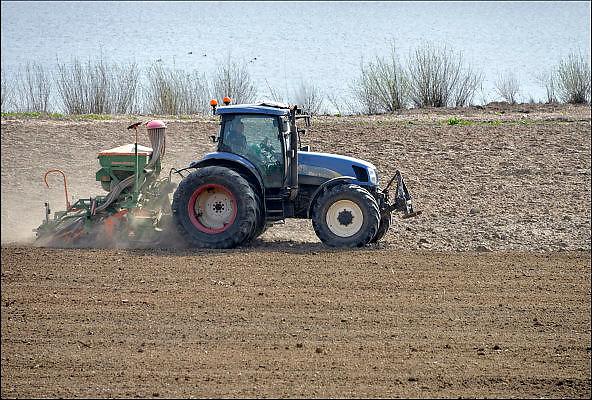 Nederland, Erlecom, 13-4-2015Een boer bezig met machinaal zaaien op zijn akker.FOTO: FLIP FRANSSEN/ HOLLANDSE HOOGTE