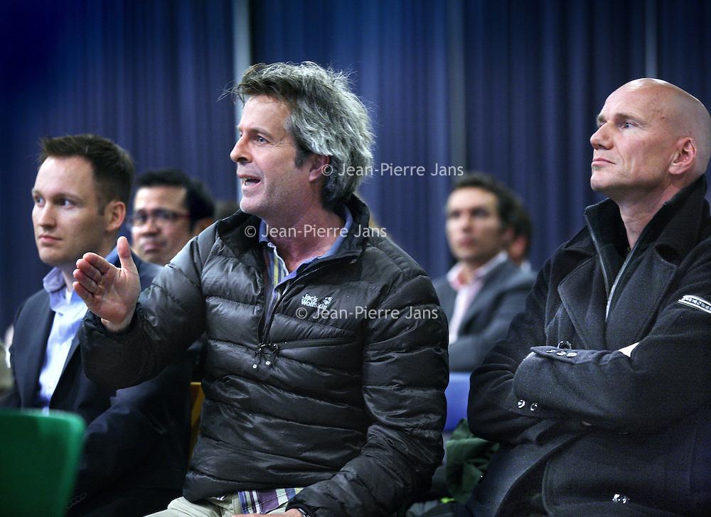 Nederland, Amsterdam , 24 april 2012.. Informatiebijeenkomst over (hinder door) Buitenveldertbaan Schiphol..De gemoederen liepen af en toe hoog op...Foto:Jean-Pierre Jans
