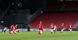 Spillerne knæler før UEFA Nations League kampen mellem Danmark og Belgien den 5. september 2020 i Parken, København (Foto: Claus Birch).