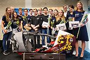 In Amsterdam wordt het zevende Human Power Team, dat bestaat uit studenten van de TU Delft en de VU Amsterdam, gehuldigd op de Vrije Universiteit door de voorzitter van het College van Bestuur Jaap Winter (3e rechts). Het team heeft in september 2017 het Nederlands snelheidsrecord verbroken. Aniek Rooderkerken reed 121,5 km/h, net te weinig voor het wereldrecord.