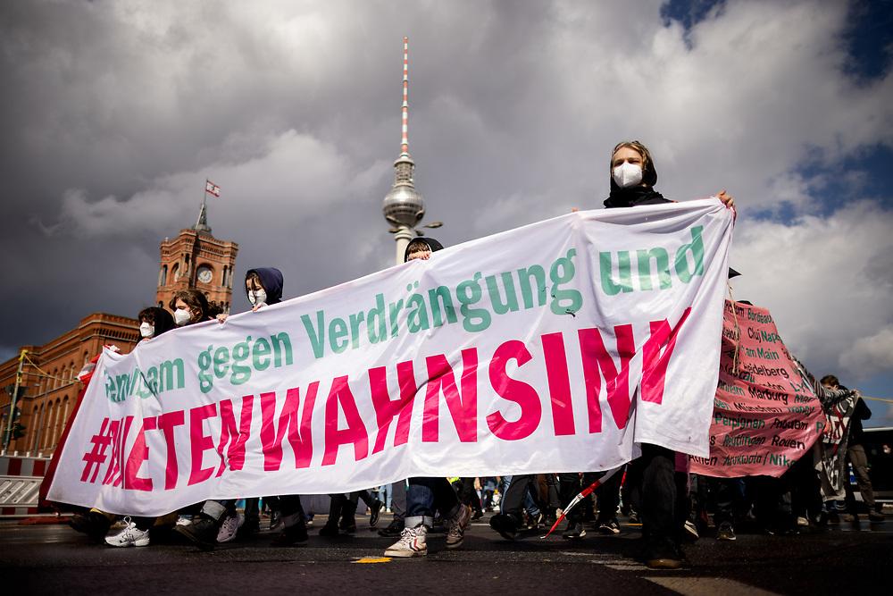 """Mehrere hundert Menschen protestieren am europaweiten """"Housing Action Day 2021"""" in Berlin gegen Verdrängung und für ein Recht auf Wohnen. Die Demonstranten protestieren gegen steigende Mieten und Verdrängung und fordern ein Umwandlungsverbot von Miet- in Eigentumswohnungen, Mietsenkungen und bezahlbaren Wohnraum. Demonstranten mit Banner: Gemeinsam gegen Verdrängung und #Mietenwahnsinn. Berlin, Deutschland, 27.03.2021.<br /> <br /> [© Christian Mang - Veroeffentlichung nur gg. Honorar (zzgl. MwSt.), Urhebervermerk und Beleg. Nur für redaktionelle Nutzung - Publication only with licence fee payment, copyright notice and voucher copy. For editorial use only - No model release. No property release. Kontakt: mail@christianmang.com.]"""