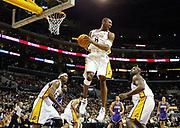 Die Spieler der LA Lakers Kobe Bryant (M), Shaquille 0`Neal (R) und Samaki Walker (L) beim Spiel gegen die Sacramento Kings am 25. Dezember 2002 im Staples Center in Los Angeles. Die LA Lakers welche NBA Champions 2000,2001 und 2002 waren, verlieren gegen die derzeitingen Leader der Pacific Western Conferenze die Sacramento Kings mit 99:105.