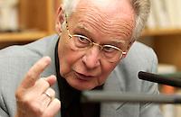 29 JUN 2004, BEHLENDORF/GERMANY:<br /> Prof. Dr. Peter Glotz, Professor für Medien und Gesellschaft, Universitaet St. Gallen. waehrend einem Gespraech mit G uenter G rass und M arkus L uepertz, im Atelier von G rass<br /> IMAGE: 20040629-01-022
