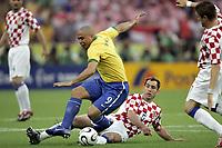 Fotball<br /> VM 2006<br /> Brasil v Kroatia / Croatia<br /> 13.06.2006<br /> Foto: DPPI/Digitalsport<br /> NORWAY ONLY<br /> <br /> FOOTBALL - WORLD CUP 2006 - STAGE 1 - GROUP F - BRAZIL v CROATIA - 13/06/2006 - RONALDO (BRA) / IGOR TUDOR (CRO)