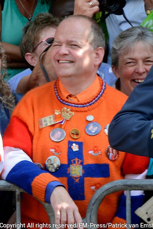 Prinsjesdag 2014 - Balkonscene op Paleis Noordeinde  /// Parlementday 2014 - Balcony Scene at Palace Noordeinde<br /> <br /> Op de foto:  oranje Fan