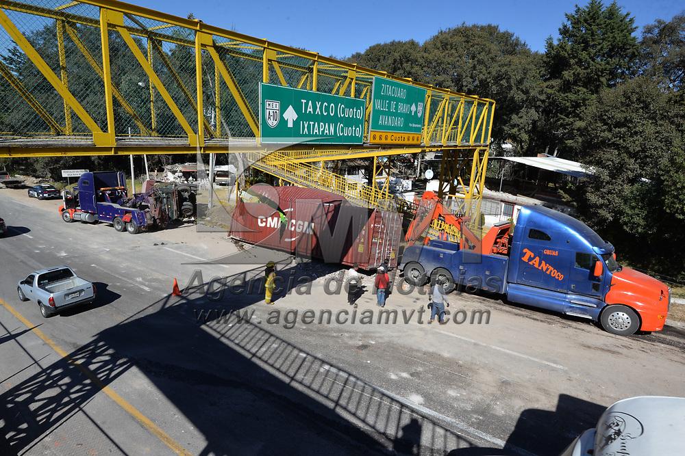 OCOYOACAC, México.- (Febrero 02, 2018).- El choque de dos tráilers y una camioneta en el kilómetro 41 de la carretera México-Toluca provoco un gran asentamiento vehicular, no se registraron lesionados. Agencia MVT / Crisanta Espinosa.