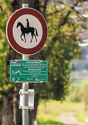 """THEMENBILD - Hinweisschilder """"Reitverbot"""" und """"Achtung Weidevieh"""", aufgenommen am 23. Mai 2019, Kaprun, Österreich // Information signs """"Reitverbot"""" and """"Achtung Weidevieh"""" on 2019/05/23, Kaprun, Austria. EXPA Pictures © 2019, PhotoCredit: EXPA/ Stefanie Oberhauser"""