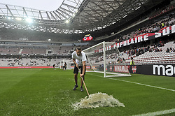 September 9, 2017 - Nice, France - Pluie diluviene avant le match Nice vs Monaco - Les jardiniers evacuent l'eau de pluie (Credit Image: © Panoramic via ZUMA Press)