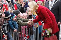 SYKKYLVEN 20091111. Kronprinsesse Mette-Marit tok seg tid til å hilse på mange av de fremmøtte utenfor Ekornes i Sykkylven onsdag ettermiddag. Foto: Svein Ove Ekornesvåg