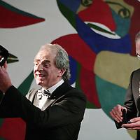 Nederland, Amsterdam , 11 december 2009..Afscheid Gijs van Thuyl, directeur van het Stedelijk museum met een geschenk van de Amsterdamse burgemeester Job Cohen in zijn hand. Op de achtergrond een tafereel van de overleden kunstenaar Karel Appel..