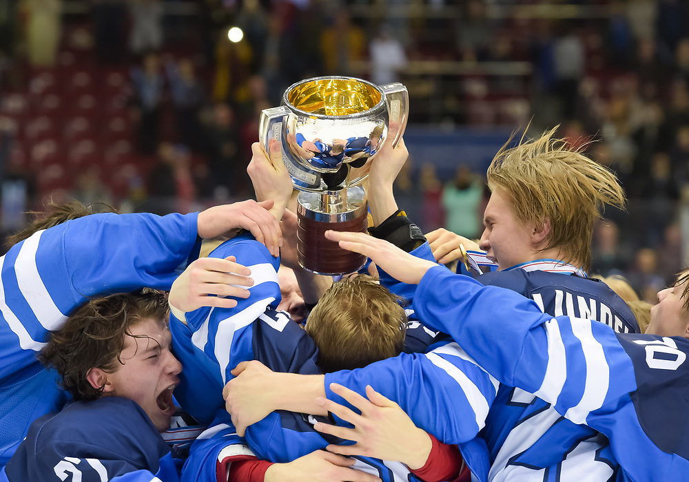 CHELYABINSK, RUSSIA - APRIL 29: Finland's Toni Utunen #37 and teammates celebrating with the championship trophy following a 3-2 gold medal game win against the U.S. at the 2018 IIHF Ice Hockey U18 World Championship. (Photo by Steve Kingsman/HHOF-IIHF Images)