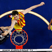 Anadolu Efes's Birkan Batuk (L) and Barcelona's Erazem Lorbek (C) during their Euroleague Top 16 round 8 basketball match Anadolu Efes between Barcelona at the Abdi Ipekci Arena in Istanbul at Turkey on Thursday, February 27, 2014. Photo by Aykut AKICI/TURKPIX