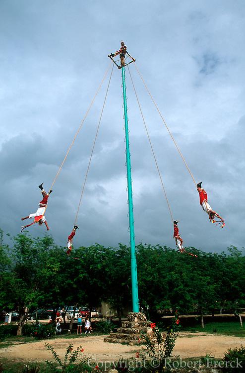 MEXICO, YUCATAN, TURISM Riviera Maya; Dance of Voladores