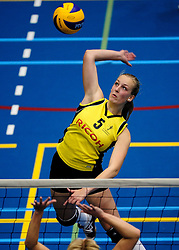 27-10-2012 VOLLEYBAL: SV DYNAMO - PRISMAWORX STRAVOC: APELDOORN<br /> Eerste divisie B vrouwen / Lotte Leukenhaus<br /> ©2012-FotoHoogendoorn.nl
