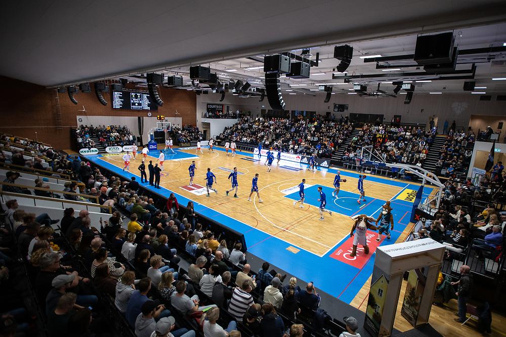 ÖSTERSUND 20211007<br /> Nästan fullsatt under torsdagens match i basketligan mellan Jämtland Basket och Norrköping Dolphins.<br /> Foto: Per Danielsson / Projekt.P