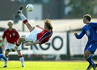 Fotball, 28. april 2004, Privatlandskamp U21, Norge-Russland, Christian Grindheim, Norge, og Vladimir Leshonok, Russland