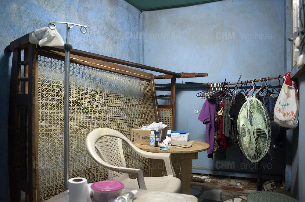 """Una stanza di una casa privata di un malato di nefropatia mesoamericana adibita a sala dialisi peritoneale. Questo trattamento dialitico esige ambienti asettici in modo da evitare infezioni dal momento in cui la soluzione dializzante (di norma 2 litri) viene immessa nell'addome dall'alto """"per caduta""""  per mezzo di un catetere permanente. Si esegue generalmente a domicilio dopo aver effettuato un periodo di addestramento presso i centri dialisi.<br /> <br /> <br /> 9 maggio  2016 . Daniele Stefanini /  OneShot"""