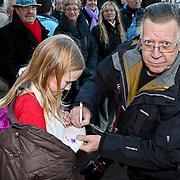 NLD/Zaandam/20081207 - Premiere Op Hoop van Zegen, Joop van Tellingen geeft een handtekening