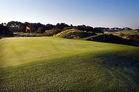 ZANDVOORT - De golfbaan van de Kennemer Golfclub, waar ook in 2008 het Dutch Open voor mannen zal worden gehouden. Op de foto: Hole B2 met op de achtergrond het clubhuis. Copyright Koen Suyk