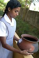 Örter i lergryta som användas till olika typer av ayurvediska behandlingar.