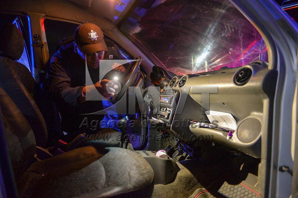 Toluca, México.- Policías Estatales y Municipales realizan un oerativo de revisión a vehículos y motocicletas en busqueda de armas, drogas y sustancias prohibidas a la entrada de la comunidad de San Cristobal Huichochitlán que comunica con las delegaciones municipales del Norte de la ciudad de Toluca donde se han registrado distintos homicidios ligados al crfimen organizado. Agencia MVT / Mario Vázquez de la Torre.