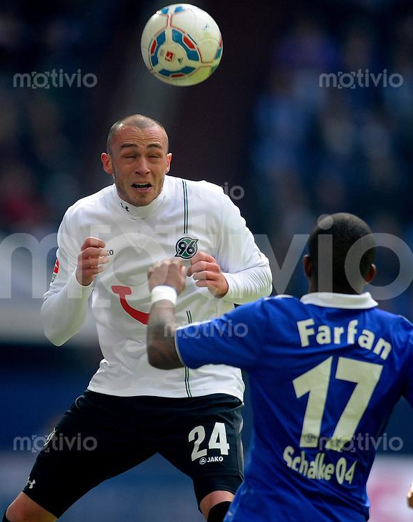 FUSSBALL   1. BUNDESLIGA   SAISON 2011/2012   29. SPIELTAG FC Schalke 04 - Hannover 96                                08.04.2012 Christian Pander (li, Hannover 96) gegen Jefferson Farfan (re, FC Schalke 04)
