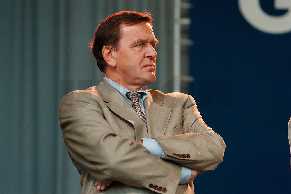 07.10.1995, Germany/Berlin:<br /> Gerhard Schröder, SPD, Ministerpräsident Niedersachsen, Kundgebung auf dem Alexanderplatz zum 50. Jahrestag der Wiedergründung der SPD<br /> IMAGE: 19951007-02/02-22<br />   <br />  <br />  <br /> KEYWORDS: Schroeder
