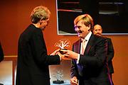 Uitreiking Heinekenprijzen 2008 in de Beurs van Berlage te Amsterdam waar Willem Alexander zes grote internationale prijzen uit op het gebied van wetenschap en kunst. De prijsuitreiking vindt plaats tijdens een bijzondere zitting van de Koninklijke Nederlandse Akademie van Wetenschappen (KNAW). De Prins houdt op deze bijeenkomst een toespraak waar de magie van de wetenschap centraal staat; het thema dat de KNAW ter gelegenheid van haar tweehonderjarig bestaan gekozen heeft. ///<br /> <br /> Heineken award celebration 2008 in the Beurs van Berlage in Amsterdam where Willem Alexander six large international prices in the field of science and art. This takes place during a particular meeting of the royal Dutch Akademie of sciences (KNAW). The prince keeps on this meeting a speech where the magic of science central state; the topic which the KNAW have chosen existence on the occasion of its twohunderd year celebration.<br /> <br /> Op de foto: De Nederlandse wetenschapper Bert Brunekreef (1953), ontvangt de Dr. A.H. Heinekenprijs voor de Milieuwetenschappen 2008 voor zijn milieu-epidemiologisch onderzoek naar onder meer luchtvervuiling en gezondheid. Brunekreef is verbonden aan het Institute for Risk Assessment Sciences, Universiteit Utrecht.
