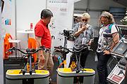 Bezoekers kijken naar een oplossing voor deelfietsen. In Nijmegen wordt de internationale conferentie Velo City gehouden. Tijdens het meerdaags congres praten beleidsmedewerkers en de fietsindustrie over het gebruik van de fiets in het dagelijks leven. Daarnaast zijn er tal van fietsgerelateerde activiteiten.<br /> <br /> In Nijmegen the bike related congress Velo City 2017 is held. From all over the world people come to talk about the use of the bicycle as a way of transportation.