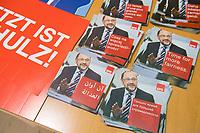 DEU, Deutschland, Germany, Berlin, 17.08.2017: Mehrsprachige Flyer mit Werbung für den SPD-Kanzlerkandidaten Martin Schulz.