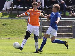 FODBOLD: Marco Nielsen (Værløse) begår straffespark mod Kienn Jensen (Helsingør) under kampen i Danmarksserien, pulje 1, mellem Værløse Boldklub og Elite 3000 Helsingør den 29. maj 2010 på Værløse Stadion. Foto: Claus Birch