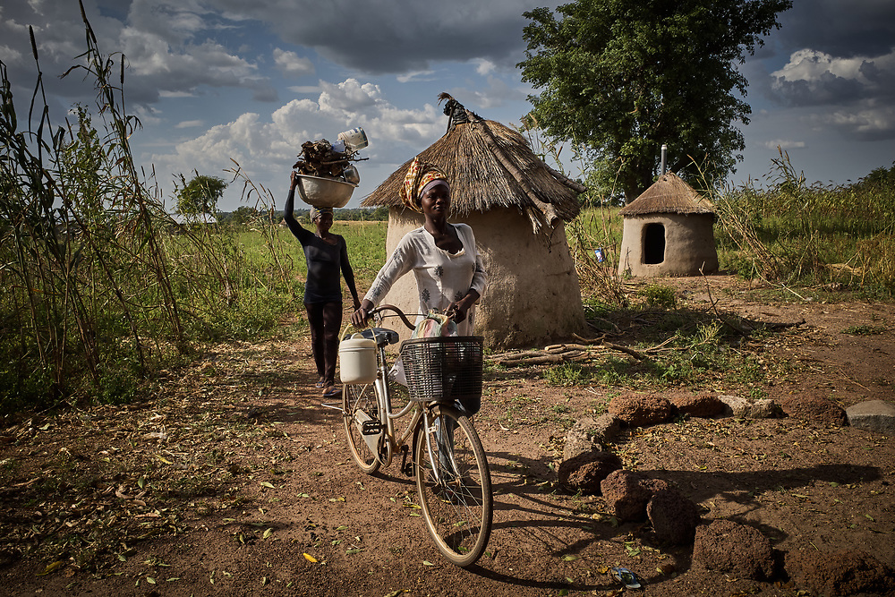 30/10/2019 Tambalug / Ghana: <br /> Elizabeth and Cynthia return from the farm. <br /> <br /> <br /> For the past five years, Oxfam has been absent in Kpatia and Tambalug (2 communities in Garu Tempane District of the Upper East Region of Ghana).  This project is a visual documentary study on the impact of climate change on these farming communities, in the absence of fresh aid.