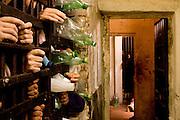 Contagem _ MG, 15 Janeiro de 2008..FOLHA SP - CRISE CARCERÁRIA EM MINAS..A 2a DP Seccional de Contagem e um exemplo da crise carceraria no estado. Das 4 celas da delagacia (capacidade total de 25 presos), apenas 3 estao em uso, pois uma foi destruida apos um motim e um inicio de incendio. A infraestrutura e terrivel, com fios eletricos desencapados ao lado do chuveiro. Abriga hoje 151 presos que vivem em condicoes impresionantes. Alguns ja estao la ha mais de um ano, varios estao doentes, inclusive 1 aidetico e 1 doente mental. ..FOTO: BRUNO MAGALHAES / AGENCIA NITRO / FOLHA IMAGEM