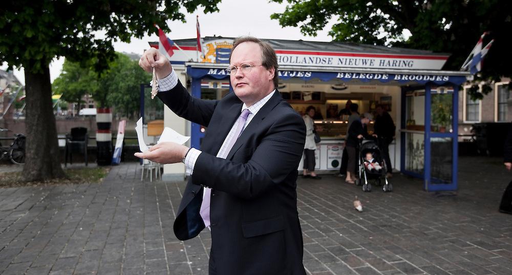 """Nederland. Den Haag, 13 mei 2009.<br /> Tweede Kamerlid Hans van Baalen, VVD lijsttrekker bij de aankomende Europese Verkiezingen, bij de """" Haringkar Buitenhof"""", aan de Hofvijver gelegen.<br /> Foto : Martijn Beekman"""