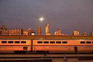 Kvällsljus över en förort till Chicago.<br /> Tågresa med Amtrak i USA.<br /> <br /> Foto: Christina Sjögren