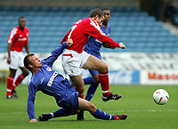 Fotball<br /> England 2004/05<br /> Championship<br /> Millwall v Nottingham Forest<br /> 3. oktober 2004<br /> Foto: Digitalsport<br /> NORWAY ONLY<br /> Forest's  Eoin Jess is tackled by Millwall's Jody Morris go for the ball