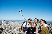 Toeristen maken foto's van San Francisco vanaf Twin Peaks. De Amerikaanse stad San Francisco aan de westkust is een van de grootste steden in Amerika en kenmerkt zich door de steile heuvels in de stad.<br /> <br /> Tourists make photos of San Francisco at Twin Peaks. The US city of San Francisco on the west coast is one of the largest cities in America and is characterized by the steep hills in the city.