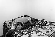 JC Garcia (17) descansa en la habitación en la que vive y de la que no sale debido al miedo de contagiarse de la COVID-19. JC es paciente de tuberculosis multidrogoresistente (TB-MDR) y toma 15 pastillas diarias. Lleva el tratamiento desde enero 2020. Debido a la pandemia, una vez a la semana se acerca al centro de salud de Huáscar, en San Juan de Lurigancho (Lima), para recoger sus pastillas y una ampolla. Su tío Willy Saturno (54) falleció por la COVID-19 en el mes de abril, y su padre padeció la misma enfermedad pero ya se recuperó. 2 de agosto del 2020.