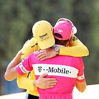Frankrijk, Parijs, 2005.<br /> Tour de france, Huldiging.<br /> Lance Armstrong en Jan Ullrich omarmen elkaar op het podium.<br /> Foto: Klaas Jan van der Weij / Sportstation