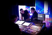 UDEN - Frans Bauer tijdens de generale repetitie voor zijn nieuwe tour Frans Bauer Live in Concert lX. in overleg met Martijn die in de Band toetsen speelt