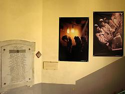 ALESSANO Luglio/Agosto 2007..STARAMASCE?, ATTIMI DI VITA TRA L?AFGHANISTAN E IL SALENTO:.TRENTA FOTOGRAFIE PER TRENTA PIAZZE AL FESTIVAL NEGROAMARO 2007...Trenta gigantografie, attimi di Vita in Kabul, Badakhshan, Khost e Kandahar e trenta Piazze Salentine.  .E? questo il progetto di STARAMASCE?, nato dalla collaborazione dell?Istituto di Culture Mediterranee della Provincia di Lecce con il fotoreporter Kash Gabriele Torsello in programma da giugno a settembre 2007  in occasione della settima edizione del Festival Culturale Negroamaro 2007...Sguardi, gesti ed emozioni per scatti che vogliono raccontare una realtà a noi lontana eppure insospettabilmente vicina al nostro mondo e alla nostra quotidianità..L?avvicinamento alla terra Afghana avverrà attraverso immagini di persone tormentate da lunghe guerre ma intenzionate a riemergere e a ricostruire una vita di armonia, in pace con culture diverse. .L?Afghanistan non è un paese in guerra, ma una terra utilizzata e scelta ? ancora una volta ? da una guerra alimentata da imposizioni e mancanza di dialogo, la dimostrazione che il pregiudizio e le dittature nell?informazione sono all?origine dell?evoluzione di ogni conflitto..STARAMASCE? è un modo di dire Afghano usato quando ci si incontra: solo la comunicazione, libera e plurilaterale, può indicare un punto di incontro e di apertura tra le diversità culturali e geografiche..La presentazione ufficiale di STARAMASCE? si terra? il 12 giugno 2007 nel cuore di Londra presso il Foreign Press Association www.foreign-press.org.uk e successivamente a Palazzo Celestini, sede della Provincia di Lecce, il 30 giugno...La mostra sara' disponibile in tre formati:.Trenta gigantografie 6x3metri utilizzate in trenta Comuni del Salento;.Trenta gigantografie formato 2,20x1,50 metri utilizzate per una mostra itinerante legata a presentazioni e dibattiti;.Trenta foto formato classiche da esporre in gallerie.....