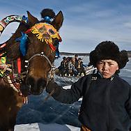 Mongolia. Horse race sledging competition. Ice festival on the frozen Khuvsgul lake. - siberia border - for the mongol new year ,  tsagaan sar, in the cold winter   Khuvsgul province  Khuvsgul province -   /  Course de chevaux et traineaux sur la glace. Festival des glaces sur le lac gelé de Khovsgol - frontiere siberienne-  pour Tsagan sar; le nouvel an mongol, en hiveir dans le froid   Khovgul  -    Khovgul  - Mongolie /  L0055883