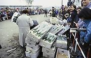 Duitsland, Berlijn, 12-11-1989Val van de Muur, Mensenmassa bij de opening in de muur op de Potsdamer Platz.In de voorgaande nacht haastig opgezette doorlaatpost. DDR, einde koude oorlog. Inwoners van west berlijn verwelkomen de oost duitsers. West-Berlijn, grens Oost-Duitsland en West-Duitsland. Een bloemenhandelaar uit Nederland laat bloemen uitdelen.Fall of the wall. In the previous night hastily set up at the crossing point Potzdammer Platz. DDR, end cold war. Residents of west Berlin welcome the east Germans. West Berlin, border eastern Germany and West GermanyFoto: Flip Franssen/Hollandse Hoogte
