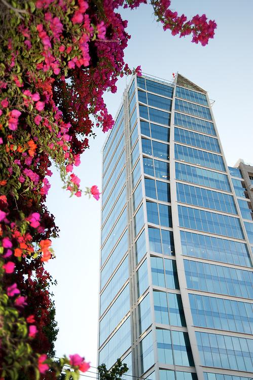 Edificios en Santiago de Chile / Hotel W, Barrio El Golf, Las Condes.<br /> <br /> Edición de 3 | Víctor Santamaría.