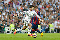 Real Madrid´s Isco (L) and Barcelona´s Leo Messi during La Liga match between Real Madrid and F.C. Barcelona in Santiago Bernabeu stadium in Madrid, Spain. October 25, 2014. (ALTERPHOTOS/Victor Blanco)