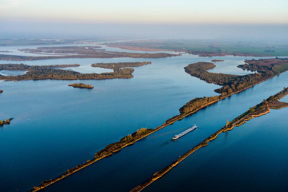 Nederland, Flevoland, Overijssel, Noordoostpolder, 04-11-2018. Ketelmeer met vaargeul Keteldiep, bij zonsondergang en met avondlicht. Ramspol in de achtergrond.<br /> Ketel lake in backlight at sunset.<br /> luchtfoto (toeslag op standaard tarieven);<br /> aerial photo (additional fee required);<br /> copyright© foto/photo Siebe Swart