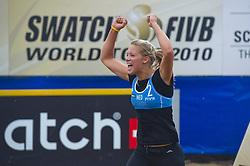 27-08-2010 VOLLEYBAL: SWATCH FIVB WORLD TOUR: SCHEVENINGEN<br /> Laura Bloem is blij omdat ze de tweede set heeft gewonnen<br /> ©2010-WWW.FOTOHOOGENDOORN.NL / Peter Schalk
