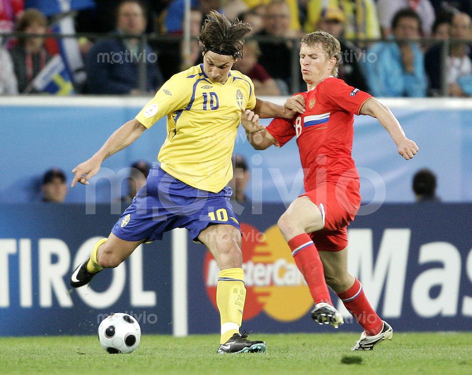 FUSSBALL EUROPAMEISTERSCHAFT 2008 Russland - Schweden    18.06.2008 Zlatan Ibrahimovic (li., Schweden) gegen Denis Kolodin (Russland).