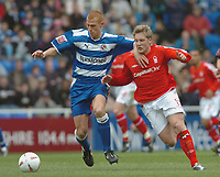 Photo. Leigh Quinnell.  Reading v Nottingham Forest Coca Cola championship. 16/04/2005. Readings Steve Sidwell holds off a challenge from Nottingham Forests Kris Commons.